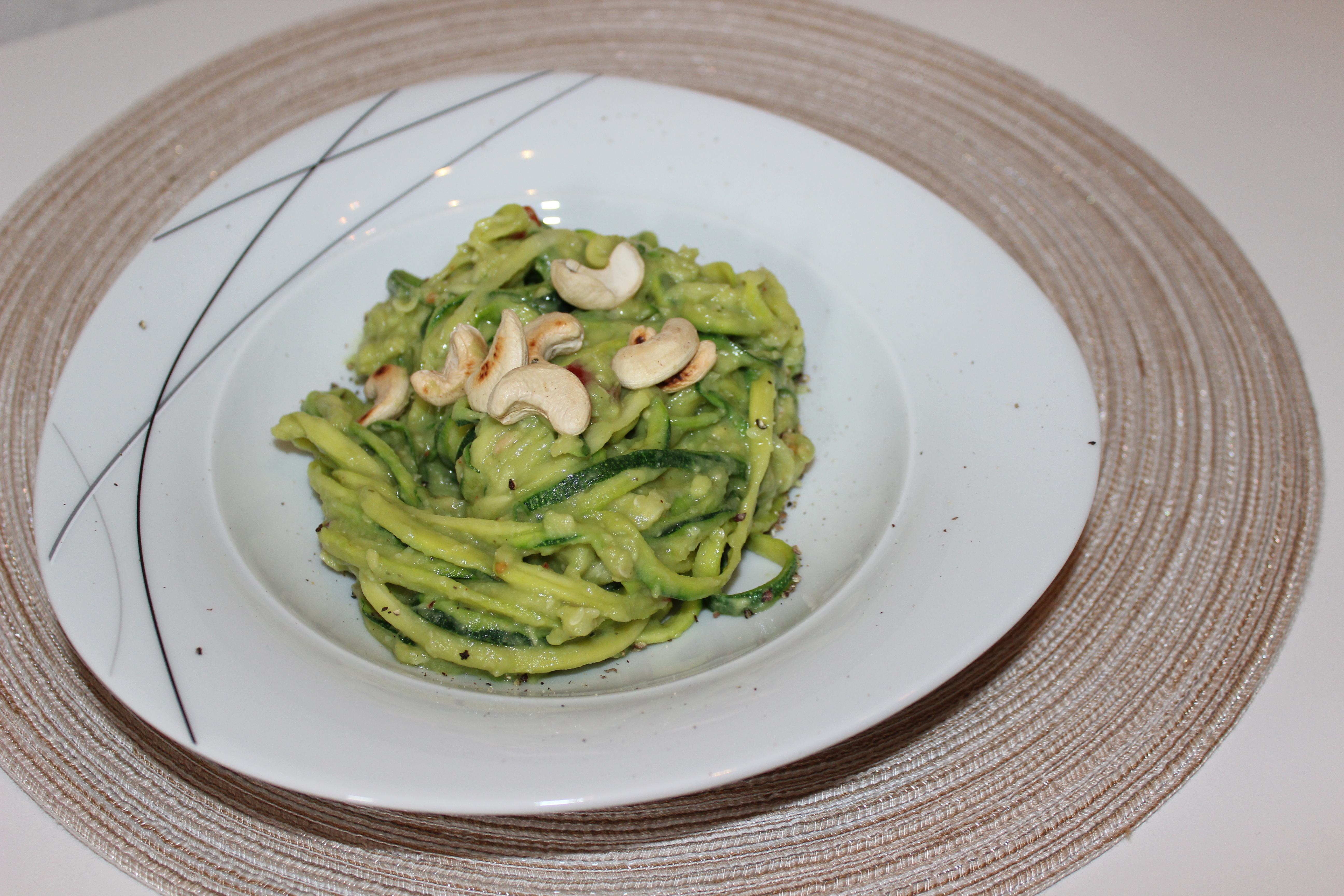 rezept zucchini nudeln mit avocado cashew pesto hebmamis. Black Bedroom Furniture Sets. Home Design Ideas