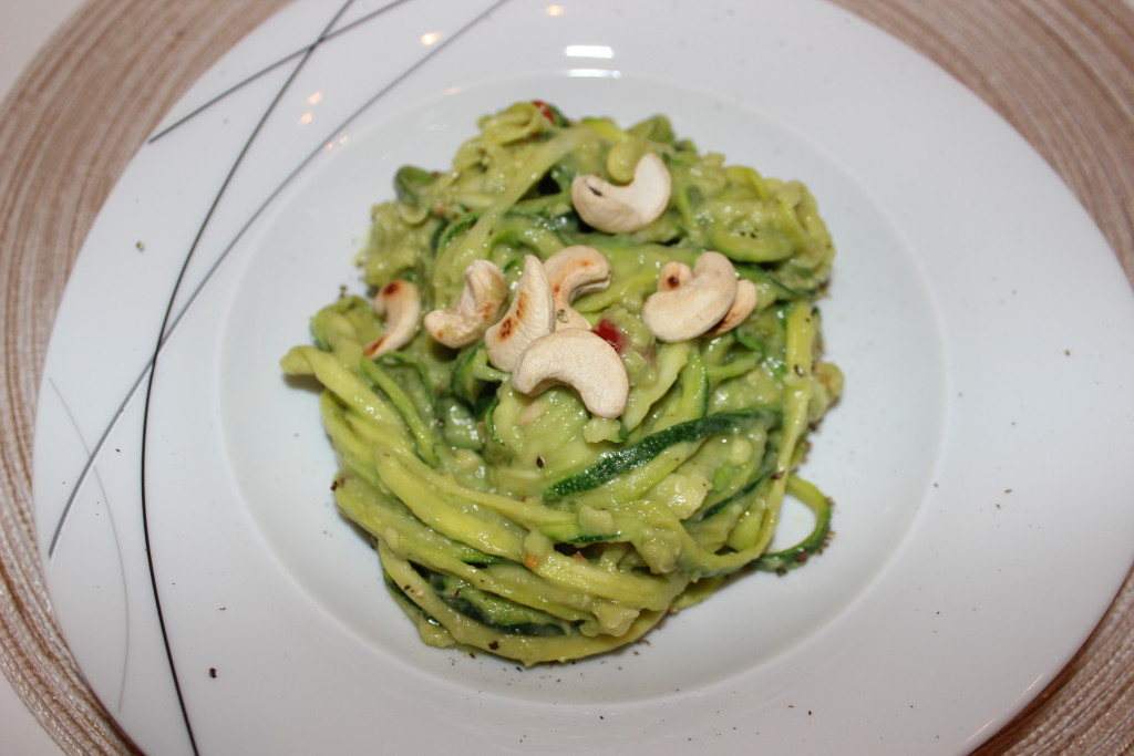 rezept zucchini nudeln mit avocado cashew pesto hebmamis. Black Bedroom Furniture Sets. Home Design Ideas